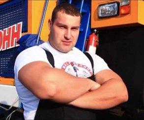 Силач протащил танк на «Игромире» и установил новый мировой рекорд