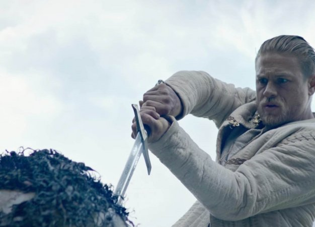 «Меч Короля Артура» — плохой фильм с хорошими моментами, или наоборот?