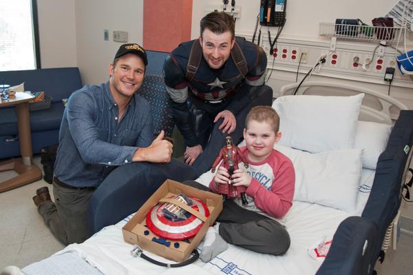Крис Эванс и Крис Прэтт навестили больных детей в госпитале Сиэтла . - Изображение 6