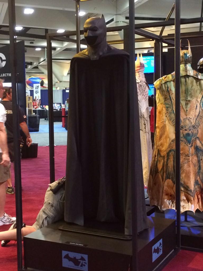 Костюмы, гаджеты и фигурки Бэтмена на Comic-Con 2015 - Изображение 25