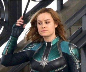 Обворожительная Бри Ларсон нановых фото сосъемок «Капитан Марвел». Так почемуже костюм другой?